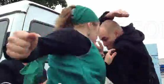 Избиение полицейского женщиной