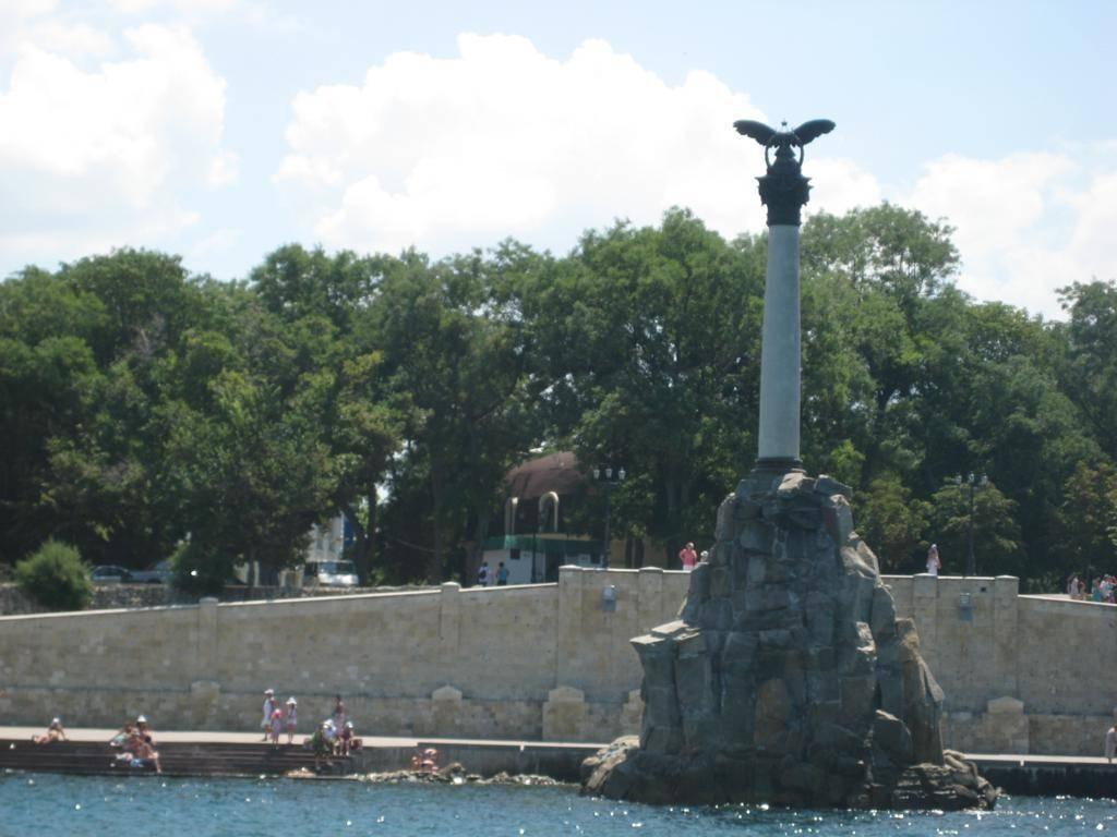 Monument-sooruzhyon-v-1905-godu-k-50-letiyu-Pervoy-oboronyi-Sevastopolya