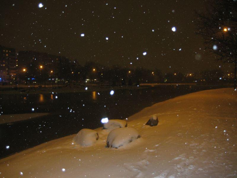 Ангарские пруды. Пушистый снег ложиться на воду, землю, валуны.