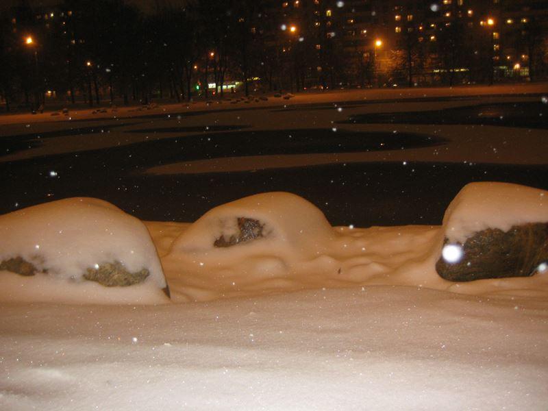 Ангарские пруды. Снег засыпает валуны на берегу пруда.