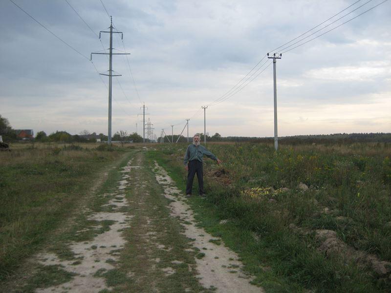 08. На этой свалке, по всей дороге, можно найти излишки фруктов, а также и lub[ ненужный в хозяйствах предметов